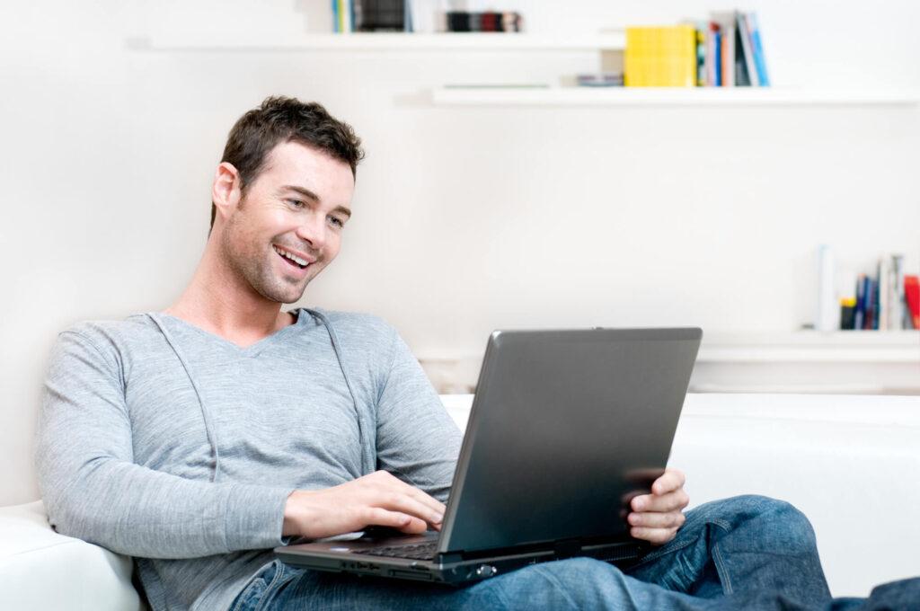 мужчина знакомится онлайн