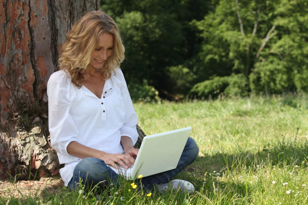 женщина знакомится онлайн